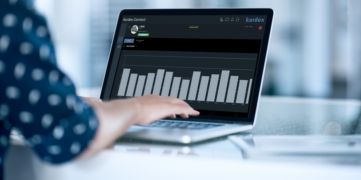 Customer viewing remote support dashboard and machine data on a computer